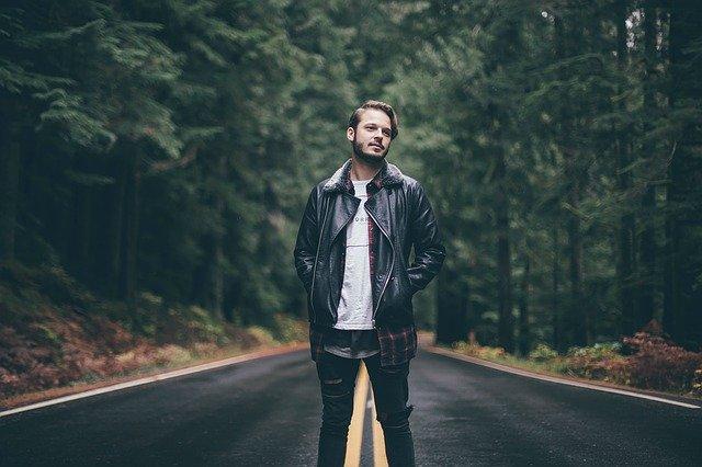 mladý muž na silnici