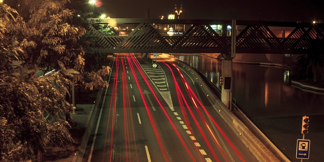provoz na silnici pod mostem