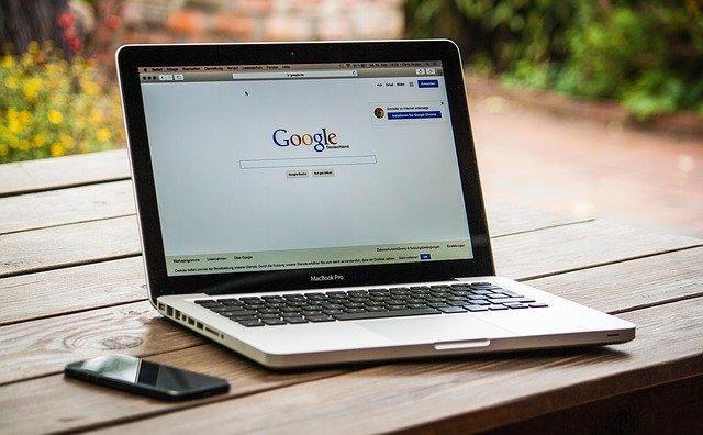 notebook s otevřeným Googlem